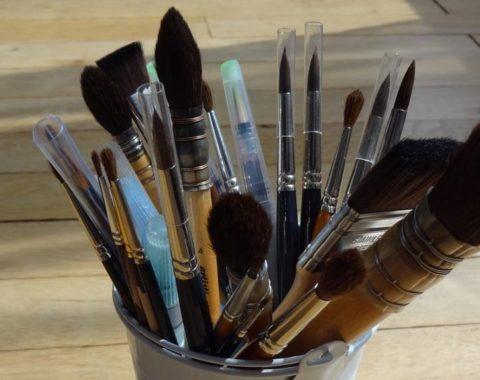 Pot rempli de pinceaux aquarelle de différentes tailles
